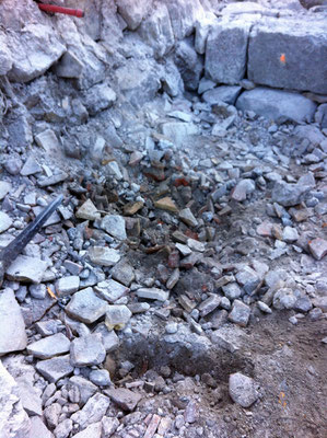 Le sol est composé de morceaux de tuile, de gravas et de terre de remblais