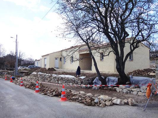 Les pierres de la section reprise sont déposées et classées selon leur gabarit. La zone de stockage est limitée car empiétant sur la moitié de la route