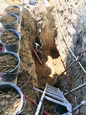 """Le décaissement destiné à recevoir les """"massifs"""" se fait manuellement.L'excavation est rendue difficile car on dispose que de très peu d'espace"""