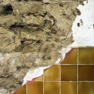 Phase de piquage sur la partie diagonale gauche. Aucun échange entre les moellons (pierres de maçonnerie) et l'intérieur du bâti ne pouvait se faire compte tenu des carreaux de cuisine et de l'enduit à base de colle et ciment