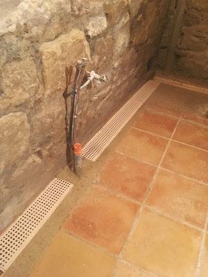 Implantation des caniveaux de la salle d'eau achevée