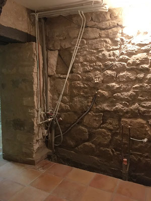 Des caniveaux bas Nicoll ont été disposés en soubassement de mur pour récolter les futurs écoulements de ruissellement