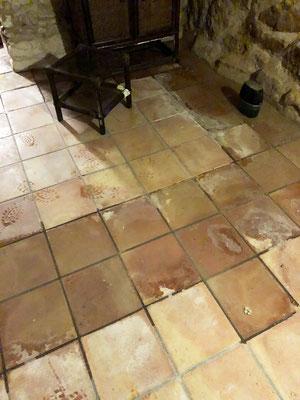 Le ruissellement des eaux provenant des murs atteint le milieu de la pièce
