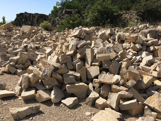 Vue des stocks de pierres de la carrière de Banon (04)