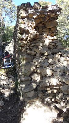 Cette vue en coupe révèle la structure du mur : deux parements de petites boutisses enserrant de la pierraille, un fruit à peine marqué, bref un mur dont les parties n'ont pas une grande cohésion entre elles