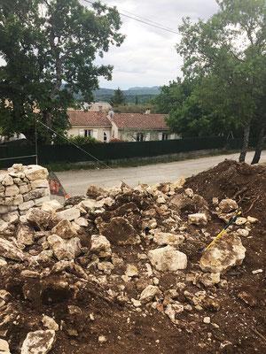 Ensemble de gros blocs et moellons de safre utilisés pour remontre le mur