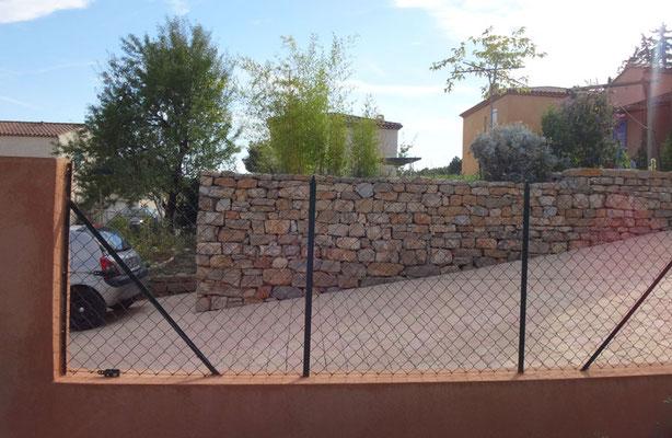 Vue de profil avec descente en pavés autobloquants + clôture matérialisée