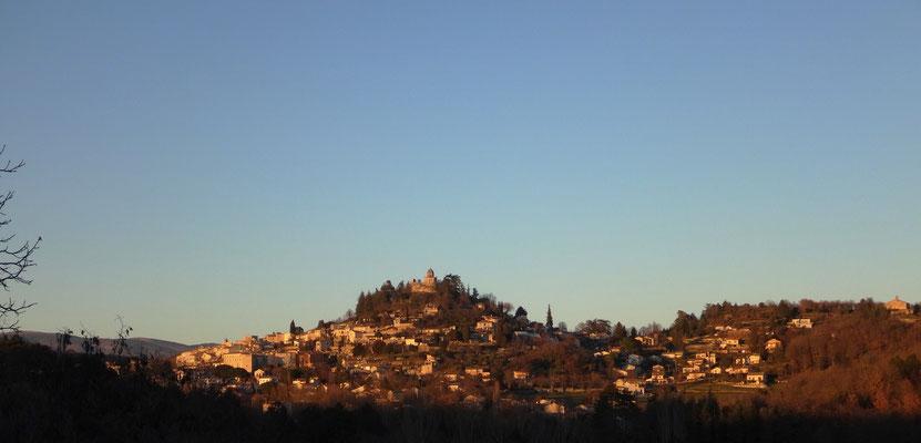 Forcalquier au soleil couchant. Sur la gauche, on distingue un grand bâtiment (le couvent des Récollets). Au centre en position dominante, la Citadelle. A l'extrême droite se trouve la chapelle Saint-Pancrace