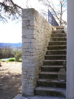 Accès depuis l'entrée principale jusqu'à la terrasse