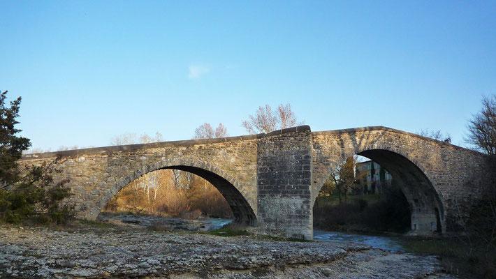 Le pont roman de Mane enjambe la Laye doté de trois arcs plein cintre totalise une longueur de 40 mètres avec un tablier de 3,2 mètres de largeur. Il date du XIIème siècle