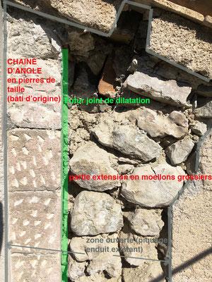 Vue rapprochée prise en arase du mur, juste sous la maçonnerie de rive. On retrouve bien une partie d'une poutre de panne intermédiaire ce qui laisse imaginer une poussée conjuguée de certains éléments de charpente