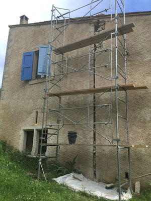 Vue d'ensemble de la saignée du mur pignon correspondant à la zone affectée. On remarque à gauche de l'ouverture, la chaîne d'angle en belles pierres de taille et, à à sa droite, l'extension du bâti qui souffre d'une absence totale de harpage.