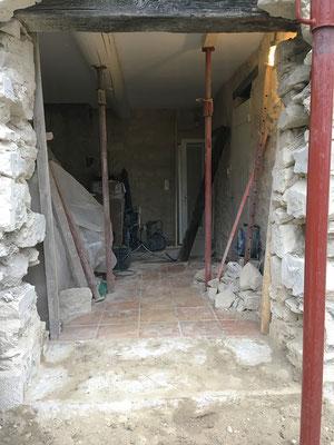 En cours d'étayage. Le fait que le plafond soit solidarisé par de grosses poutres demande un nombre d'étais moindre dans la partie intérieure
