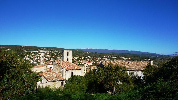 Vue panoramique depuis le haut de la ville. On distingue au loin la montagne de Lure