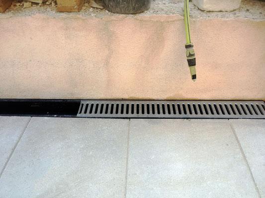 Système d'évacuation des eaux qui permet de drainer les eau stagnantes sur le dallage de terrasse (caniveaux Nicoll)