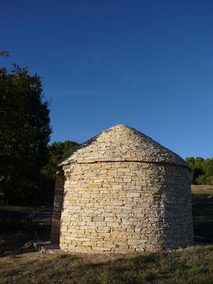 Ce cabanon pointu a été photographié sur la commune de Sigonce. Sa date de construction remonte probablement à 2010 ou peu avant. Appel à témoin : si vous connaissez l'identité du ou des bâtisseurs, nous vous serions reconnaissants de nous le faire savoir