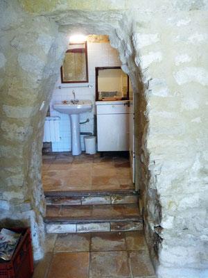On distingue bien les traces de calcaire au sol dont le rissellement dépasse les marches d'escalier