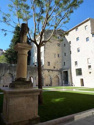 Le cloître du couvent des Cordeliers. Il s'agit de réhabilitation donc on aime ou on aime pas !