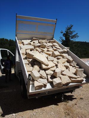 Approvisionnement en pierres de parement. Elles ont été triées à la main afin de sélectionner lauzes et moellons dotés de plusieurs faces exploitables