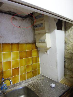Le tableau électrique n'est plus aux normes. L'élévation qui se trouve n'est pas assainie et reçoit des sulfates.