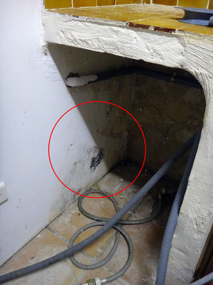 Le placo en soubassement de mur est fortement détérioré