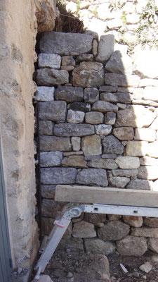 On peut constater le soin qui a été apporté à la maçonnerie harpée. Elle est désolidarisée du mur pignon du cabanon et sera néanmoins maçonnée au cabanon à la demande de la Mairie