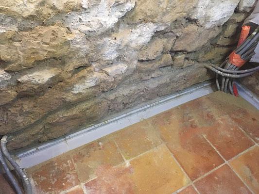 Des caniveaux bas Nicoll de 50 cm ont été disposés en soubassement de mur pour récolter les futurs écoulements de ruissellement