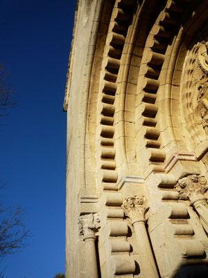 Détail du portail de l'église avec chapiteaux. Des lobes se détachant des voussures sont tout à fait uniques. Des travaux ultérieurs ont poursuivi cette ligne de lobes dans les piédroits