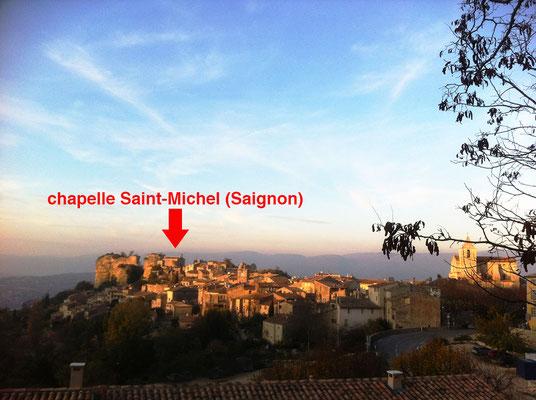Vue panoramique du village de Saignon situé dans le Vaucluse, destination touristique prisée du Luberon.