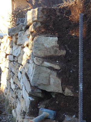 On remarque la présence d'un parement simple, avec l'absence de blocage et de drain en queue de pierre