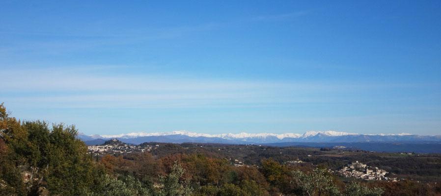 Vue panoramique prise depuis le chantier (à gauche, Forcalquier)  et en contrebas à droite, Mane. En arrière plan, on devine les monts des Alpes du Sud, de Barcelonette jusqu'au Mercantour.