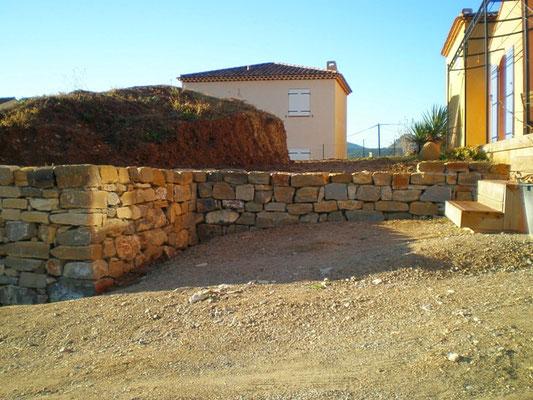 Vue de détail des murets en haut du terrain (près de la terrasse d'habitation)