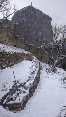 Le chantier de pierres sèches sous un beau manteau neigeux