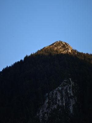 Pointe de soleil en fin de journée sur monts environnants