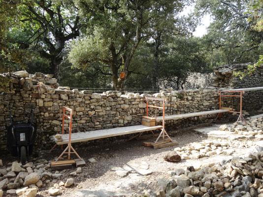 Vue depuis l'extérieur (allée de Forcalquier) .Poursuite de dressage du mur par rangs assisés. Les pierres d'origine sont réutilisées mais beaucoup, soit trop petites, gélives ou au parement incertain se transforment en pierres de drain.