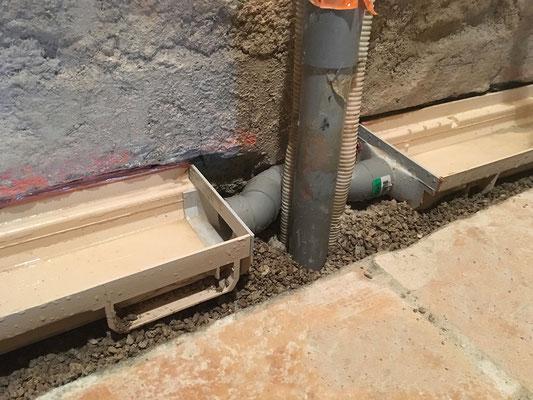 Raccord coudé en PVC pour éviter de se piquer au tuyau d'évacuation du lavabo