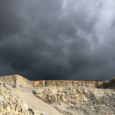 Une magnifique vue de la carrière de Mallefougasse, située à proximité, où s'est fait une partie de l'apport en pierres de complément