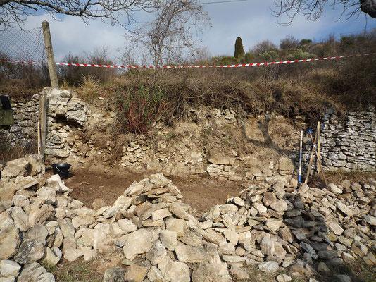 Premiers jours de chantier : décaissement, dévégétalisation, tri des pierres collectées...