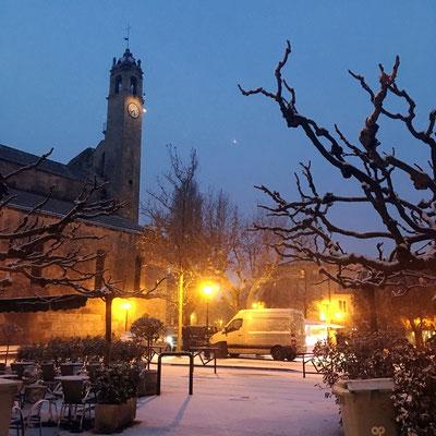 La place du Bourguet, un vendredi matin, se réveille sous la neige