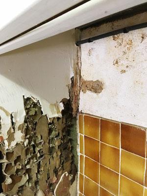 Les infiltrations succèssives d'eau ont eu raison du plâtre du placo qui se dépose très facilement pour laisser apparaître le carton