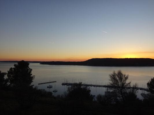 """Vue depuis la chapelle au """"sunset"""" sur l'étang de Berre"""
