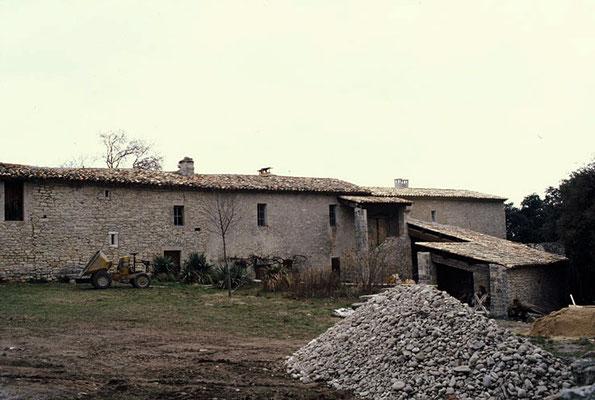 Les mêmes bâtiments en 1975 (fonds DRAC) - A droite, l'hôtellerie