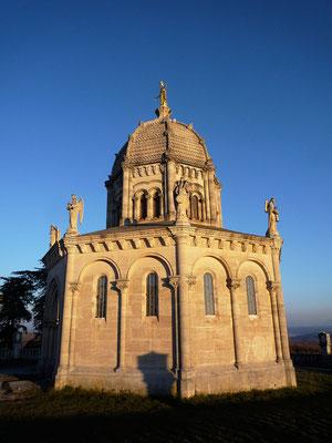 La chapelle N.D. de Provence (XIX ème) siècle surplombe  la colline de la Citadelle à Forcalquier