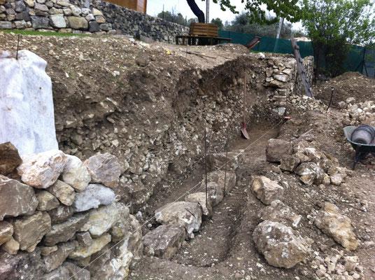Décaissement effectué et pose rang de pierres de fondation brèche n°1