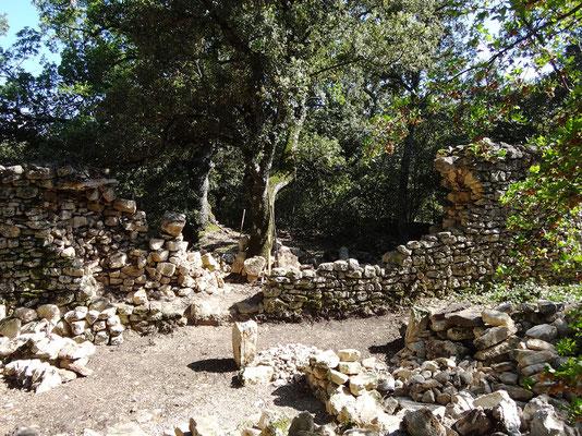 Vue du mur depuis l'extérieur (allée de Forcalquier) après décaissement jusqu'aux fondations pour certaines parties