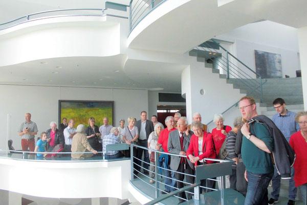 interessierte Besucher im Bundeskanzleramt