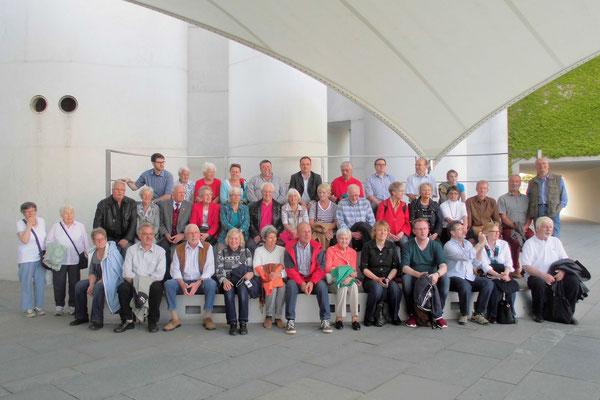 Gruppenfoto vor dem Bundeskanzleramt