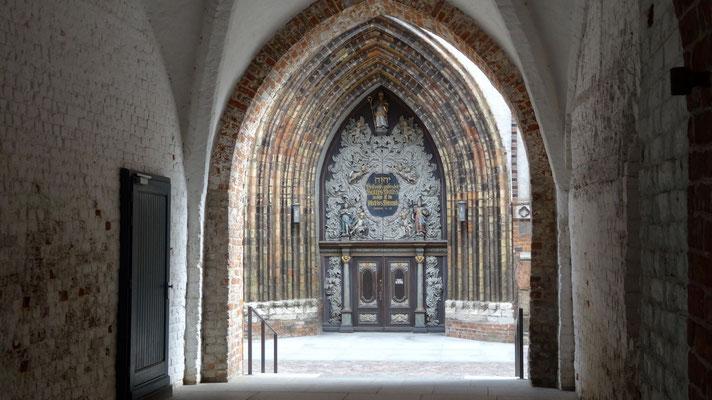 Blick auf den Eingang von St. Nikolai