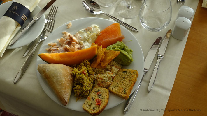 """Assiette remplie à partir des mets du buffet du """"Deauville"""""""