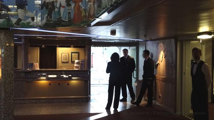 Le commissaire de bord accueillant les passagers piétons
